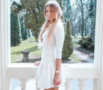 jakie dodatki do białej sukienki