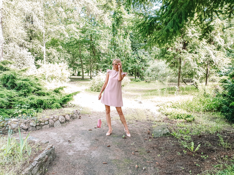 jakie dodatki do różowej sukienki